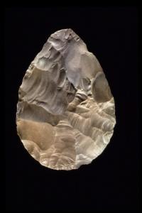 أداة صوانية من موقع بئر الهمل تعود الى حوالي 400 ألف سنة ق.م، لكنها في حالة جيدة جدا وكأنها صنعت الآن!